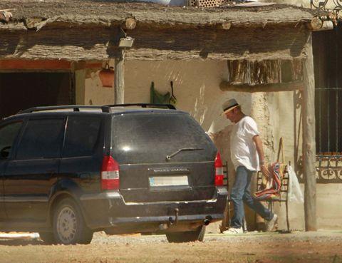 Automotive tail & brake light, Automotive exterior, Car, Fender, Automotive parking light, Sport utility vehicle, Automotive tire, Automotive carrying rack, Bumper, Minivan,
