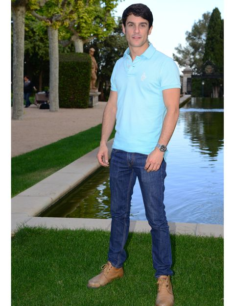 Green, Sleeve, Denim, Shoe, Jeans, Textile, Leisure, People in nature, T-shirt, Street fashion,