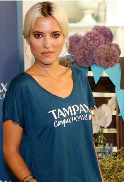Hair, Blue, T-shirt, Turquoise, Clothing, Beauty, Teal, Aqua, Shoulder, Blond,