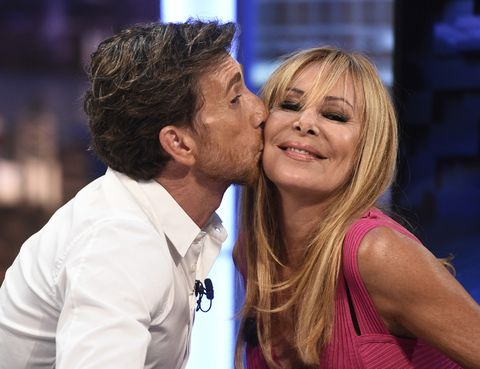 Lip, Cheek, Kiss, Romance, Sleeveless shirt, Interaction, Love, Blond, Cheek kissing, Honeymoon,