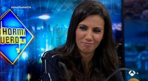 Newsreader, Television presenter, Newscaster, News, Television program, Journalist, Electric blue, Black hair, Iris, Fun,