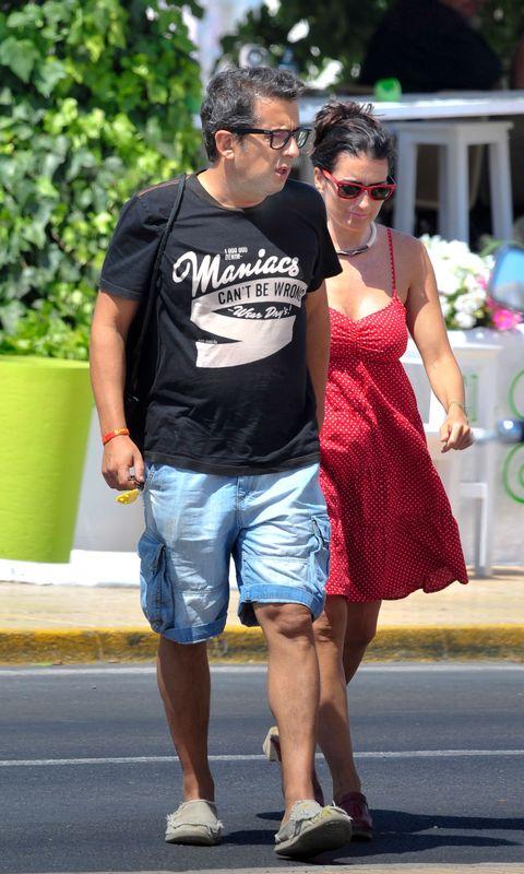 Sunglasses, Shorts, Eyewear, Footwear, Leg, Fashion, T-shirt, Vacation, Interaction, Walking,