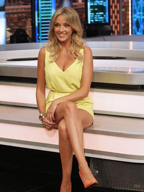 Human leg, Shoulder, Shoe, Dress, Sitting, Fashion accessory, Thigh, Display device, Knee, Blond,