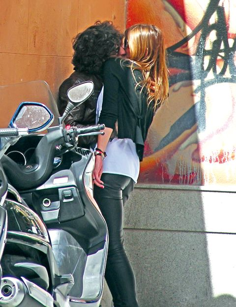 Motorcycle, Fender, Bag, Street fashion, Luggage and bags, Long hair, Leather, Motorcycle accessories, Carbon, Red hair,