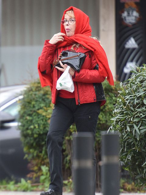 Red, Carmine, Jacket, Bag, Street fashion, Knee, Costume, Scarf, sweatpant, Coquelicot,