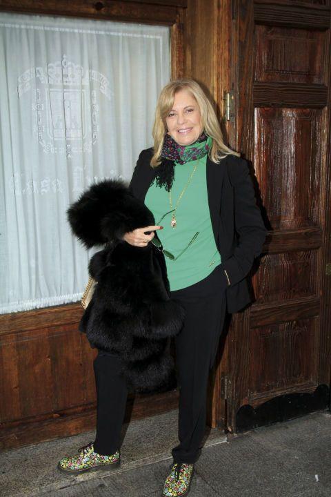 Textile, Coat, Style, Curtain, Jacket, Street fashion, Fur, Blazer, Active pants, Natural material,