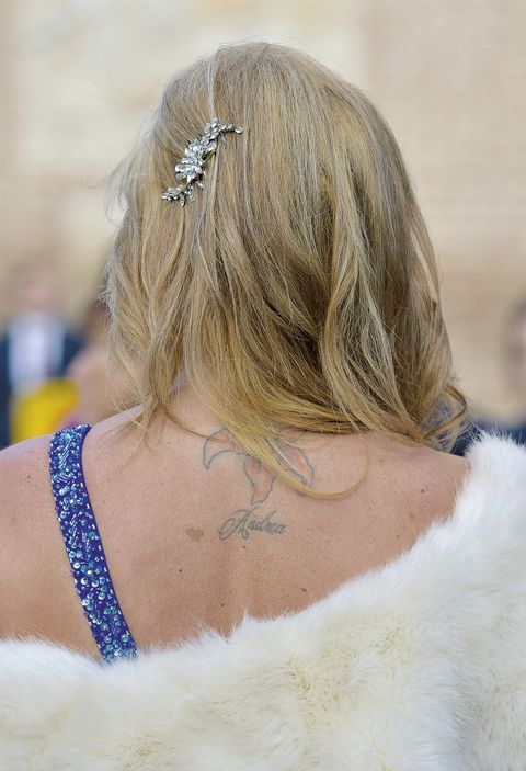 Hair, Hairstyle, Shoulder, Blond, Beauty, Joint, Neck, Hair accessory, Headpiece, Back,