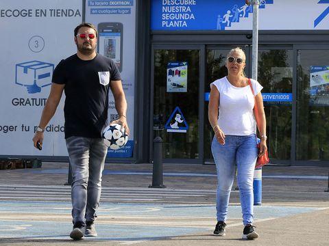 Jeans, Blue, Standing, Denim, Fashion, Pedestrian, T-shirt, Street fashion, Walking, Footwear,
