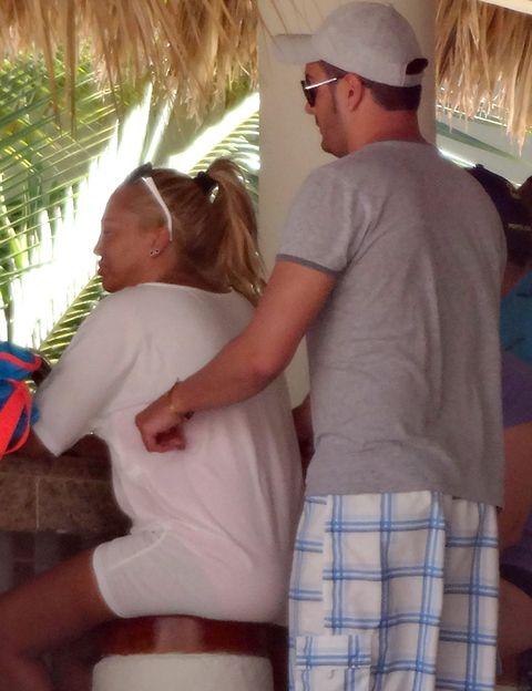 Belén Esteban y su chico, aniversario en El Caribe