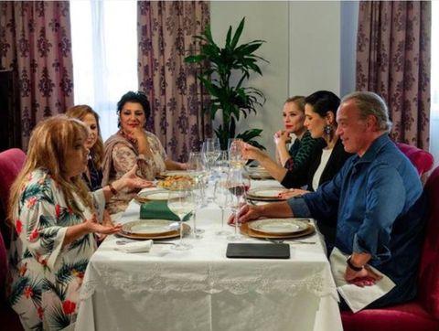 Meal, Lunch, Event, Conversation, Brunch, Restaurant, Supper, Tablecloth, Banquet, Textile,