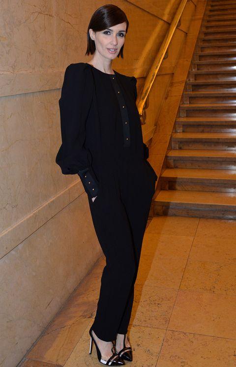 Sleeve, Stairs, Joint, Style, Black hair, Fashion, Neck, Street fashion, Knee, Blazer,