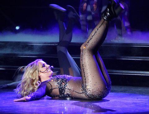 Human leg, Performing arts, Entertainment, Purple, Thigh, Performance, Violet, Knee, Dancer, Dance,