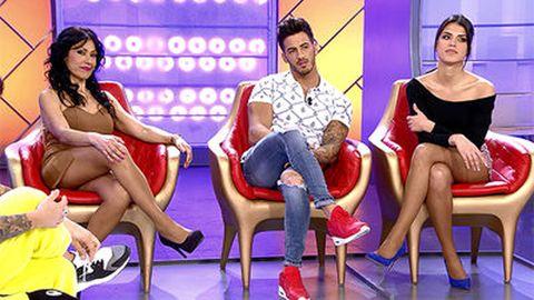 Leg, Jeans, Dress, Sitting, Thigh, Television program, Conversation, Lap, Television presenter, Foot,