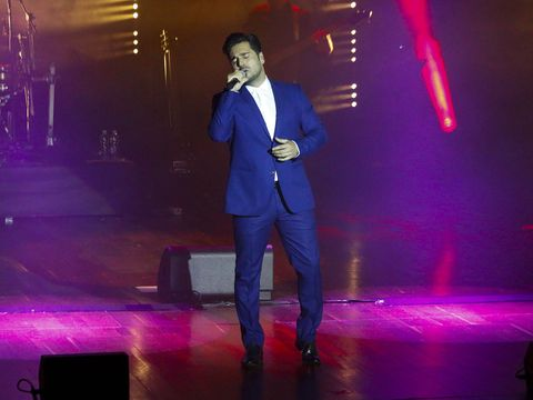 Performance, Entertainment, Performing arts, Stage, Light, Music artist, Event, Singing, Singer, Music,