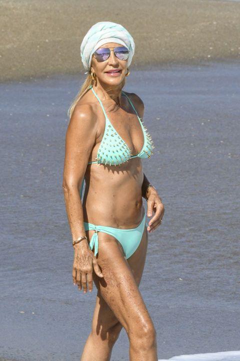 Brassiere, Skin, Human leg, Joint, Swimsuit top, Swimsuit bottom, Bikini, Summer, Chest, Goggles,