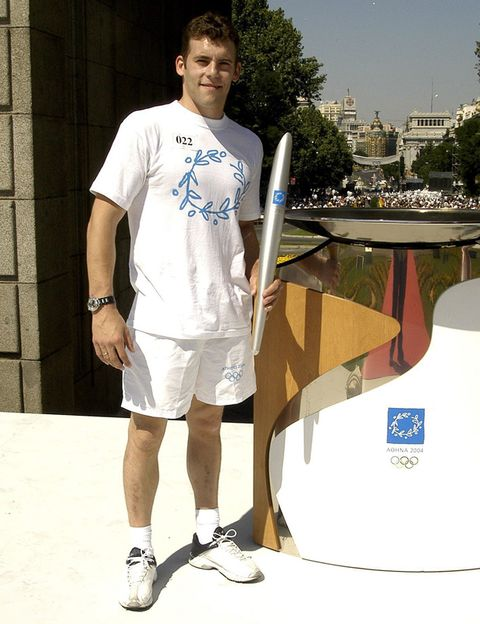 Human leg, Elbow, T-shirt, Shorts, Active shorts, Knee, Sneakers, Athletic shoe, Bermuda shorts, board short,