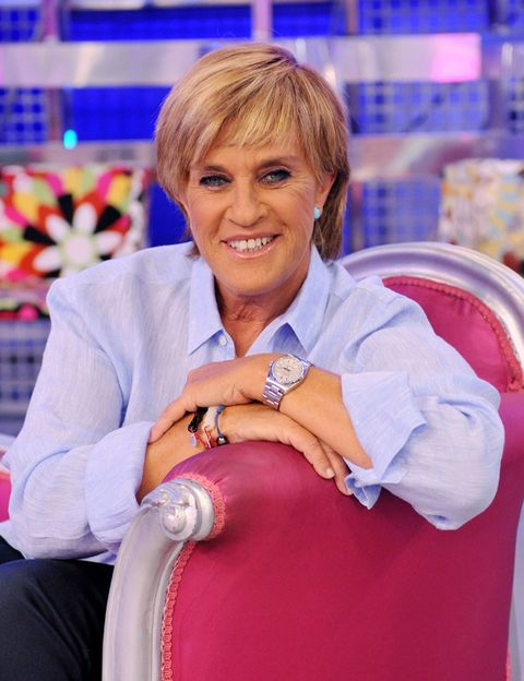 Smile, Watch, Fashion accessory, Sitting, Blond, Lap, Makeover, Bracelet, Layered hair, Wrinkle,
