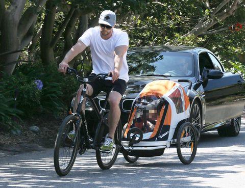 Tire, Wheel, Cap, Land vehicle, Bicycle wheel, Bicycle wheel rim, Bicycle tire, Rim, Goggles, Spoke,