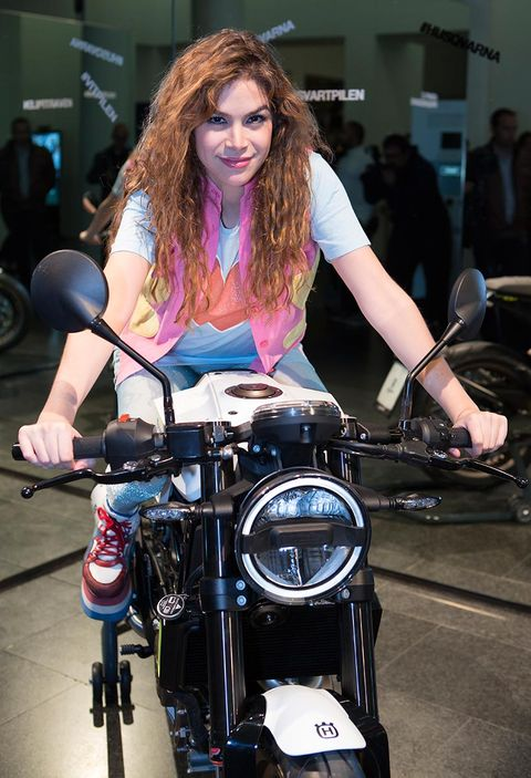 Hair, Beauty, Vehicle, Motorcycle, Fashion, Brown hair, Model, Automotive design, Long hair, Blond,