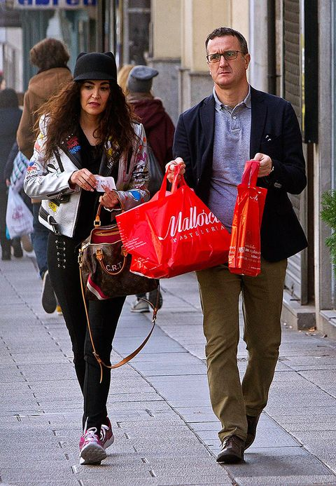 Trousers, Bag, Outerwear, Coat, Hat, Fashion accessory, Luggage and bags, Street fashion, Fashion, Sun hat,