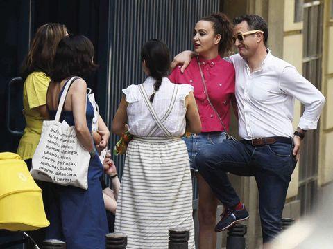 People, Fashion, Event, Eyewear, Conversation, Jeans, Street fashion, Tourism, White-collar worker,