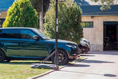 Land vehicle, Vehicle, Car, Automotive tire, Rim, Wheel, Tire, Range rover, Automotive wheel system, Sport utility vehicle,