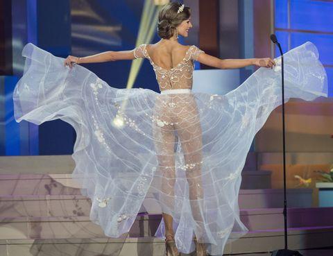 Performing arts, Dancer, Performance, Fashion, Performance art, Waist, Costume design, Abdomen, Dance, Embellishment,