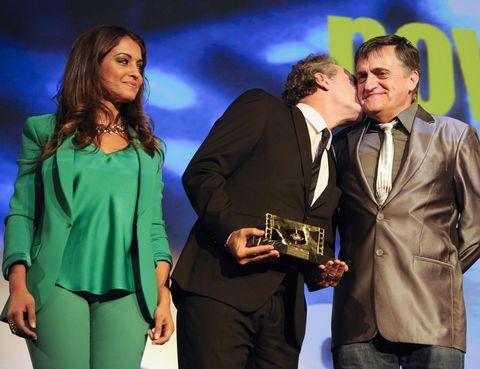 Suit trousers, Interaction, Award, Blazer, Award ceremony, Electric blue, Kiss, Conversation, Pantsuit, Pocket,