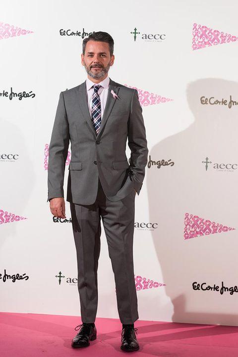 Suit, Red carpet, Formal wear, Carpet, Clothing, Pink, Tuxedo, Fashion, Tie, Premiere,