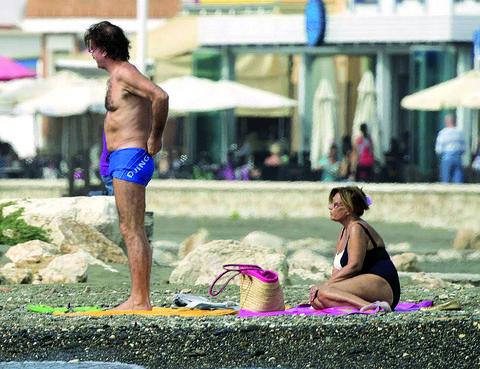 Leg, Human body, Human leg, Summer, Undergarment, Swimwear, Trunks, board short, Abdomen, Barechested,
