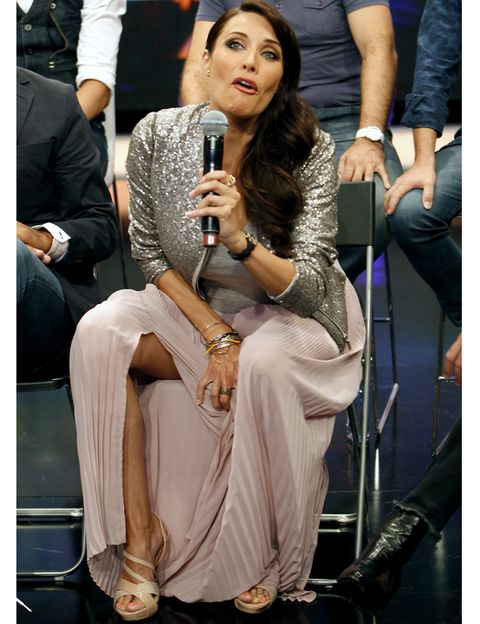 Microphone, Sitting, Hand, Fashion accessory, Thigh, Chair, Knee, Sandal, Spokesperson, Foot,