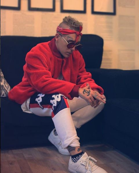 Human leg, Goggles, Knee, Carmine, Cool, Street fashion, Thigh, Sneakers, Sock, Glove,