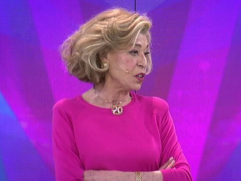 Pink, Chin, Blond, Magenta, Event, Performance, Television presenter, Gesture,