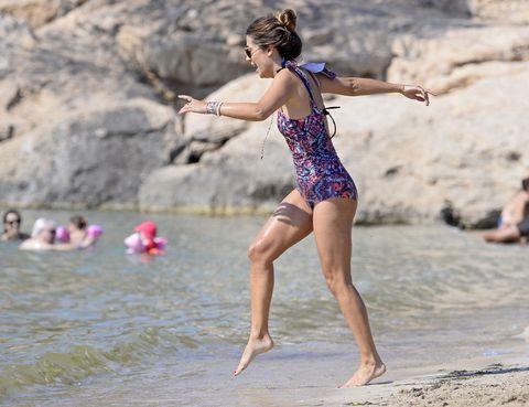 Leg, Fun, Hand, Barefoot, Mammal, Summer, Leisure, People in nature, Vacation, Waist,