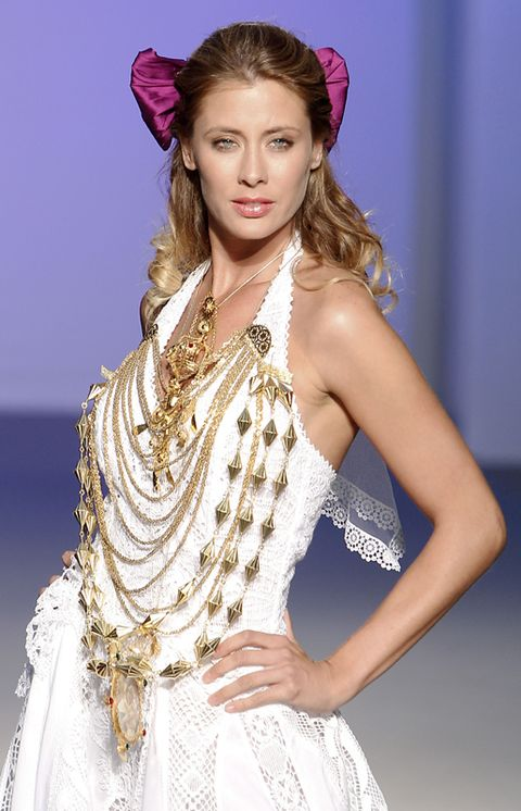 Hairstyle, Shoulder, Style, Fashion model, Fashion accessory, Headpiece, Hair accessory, Headgear, Dress, Jewellery,
