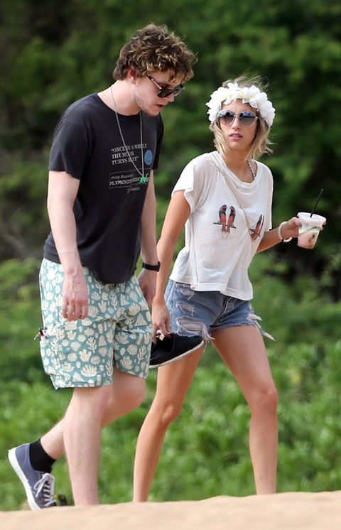Eyewear, Arm, Leg, Human body, Shirt, Human leg, T-shirt, Summer, board short, Shorts,