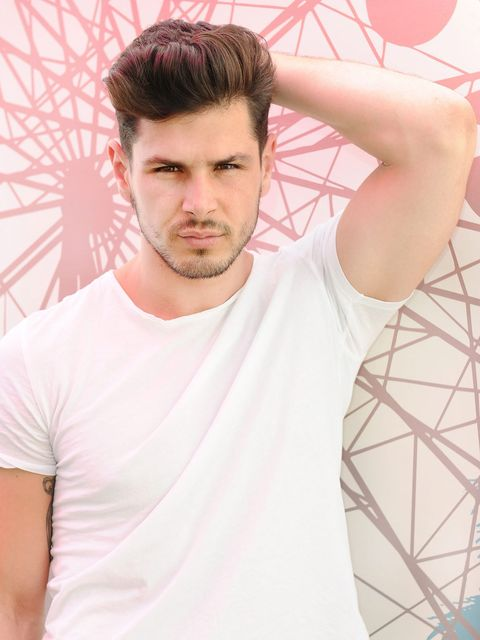 Facial hair, Hairstyle, Sleeve, Forehead, Shoulder, Joint, T-shirt, Style, Chest, Elbow,