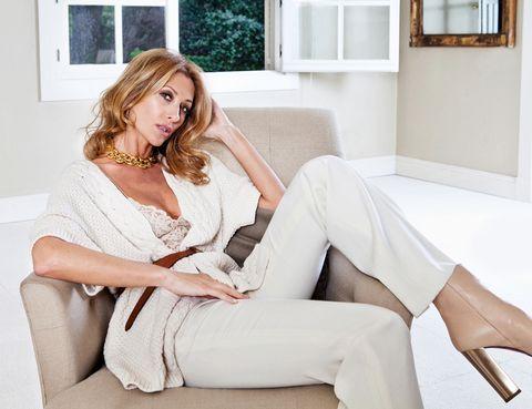 Clothing, Leg, Comfort, Shoulder, Sitting, Human leg, Joint, White, Interior design, Thigh,