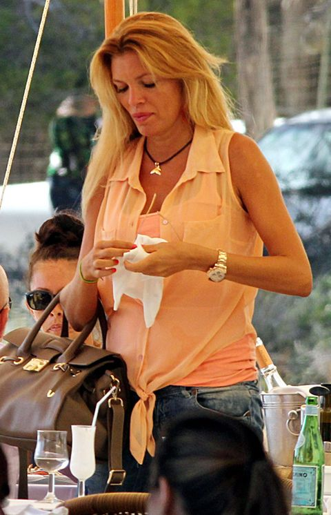 Bag, Fashion accessory, Jewellery, Luggage and bags, Drinkware, Blond, Shoulder bag, Bottle, Necklace, Layered hair,