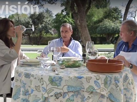 Tablecloth, Serveware, Dishware, Table, Glass, Linens, Interaction, Sharing, Tableware, Sitting,