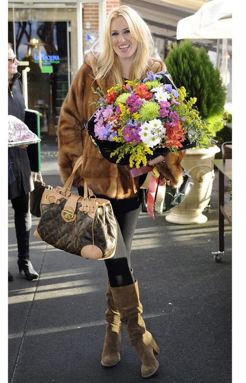 Textile, Outerwear, Style, Fashion accessory, Bag, Street fashion, Boot, Fashion, Knee, Natural material,