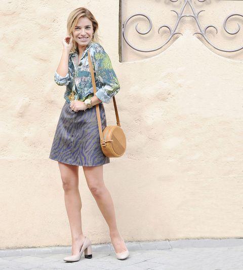 Sleeve, Bag, Fashion accessory, Fashion, Street fashion, Tan, Luggage and bags, Foot, Knee, Beige,
