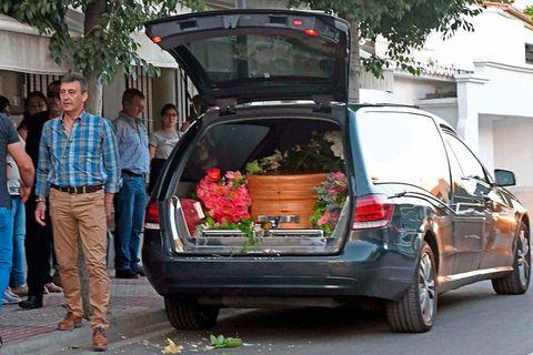 Land vehicle, Vehicle, Car, Motor vehicle, Transport, Luxury vehicle, Mode of transport, Minivan, Automotive exterior, Trunk,