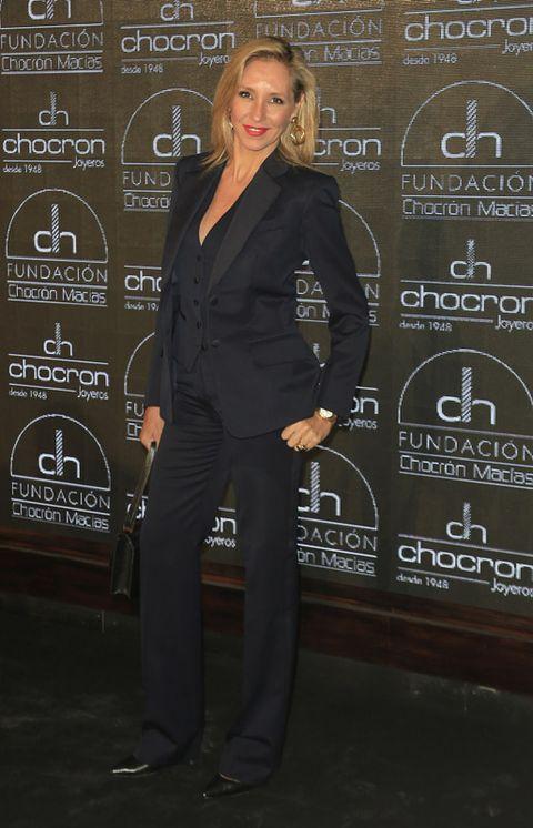 Dress shirt, Suit trousers, Collar, Shoe, Coat, Formal wear, Style, Blazer, Pantsuit, Pocket,