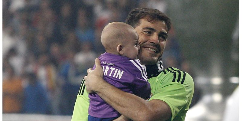 Los Futbolistas Celebran La Victoria Con Sus Hijos