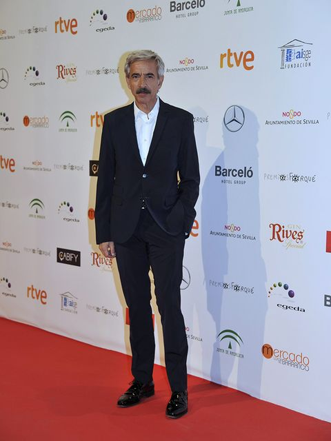 Red carpet, Carpet, Suit, Formal wear, Event, Flooring, Tuxedo, Premiere, Tie, White-collar worker,