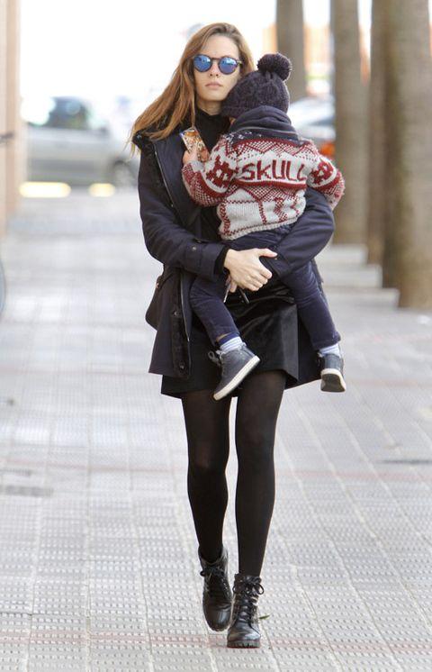 Clothing, Eyewear, Leg, Human leg, Textile, Outerwear, Goggles, Style, Bag, Street fashion,