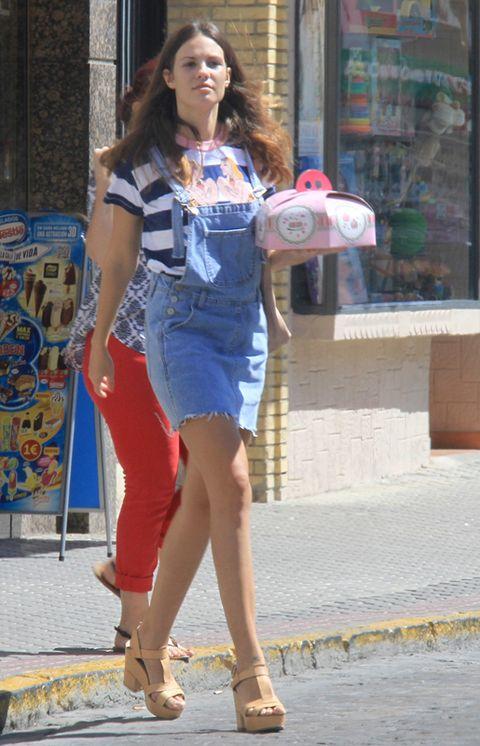 Human leg, Style, Bag, Street fashion, Fashion accessory, Fashion, Waist, High heels, Knee, Thigh,