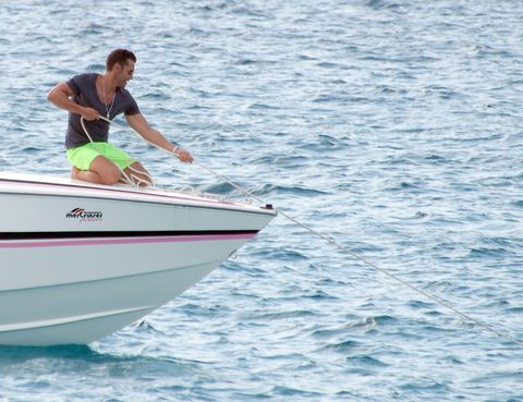 Daytime, Watercraft, Recreation, Water, Boat, Outdoor recreation, Leisure, Elbow, Boating, Skiff,