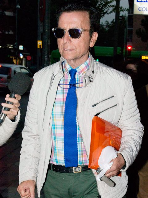 Eyewear, Arm, Glasses, Vision care, Dress shirt, Collar, Sunglasses, Shirt, Textile, Hand,